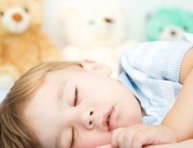 Το παιδί μου ροχαλίζει όταν κοιμάται. Είναι ανησυχητικό;